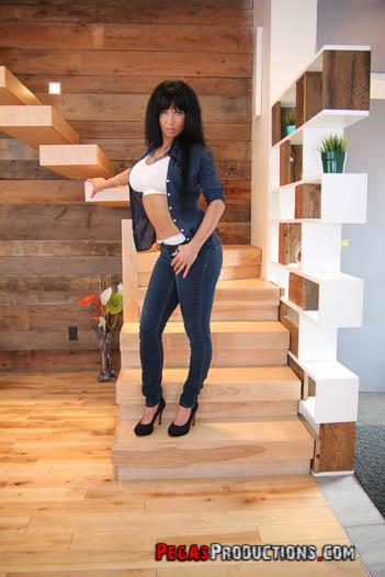photos-nayasha-caliente-casual-escalier-01